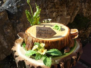Baumstamm mit farn primeln baumpilzen raupe und igelchen motivtorten fotos forum - Kuchendeko foto ...